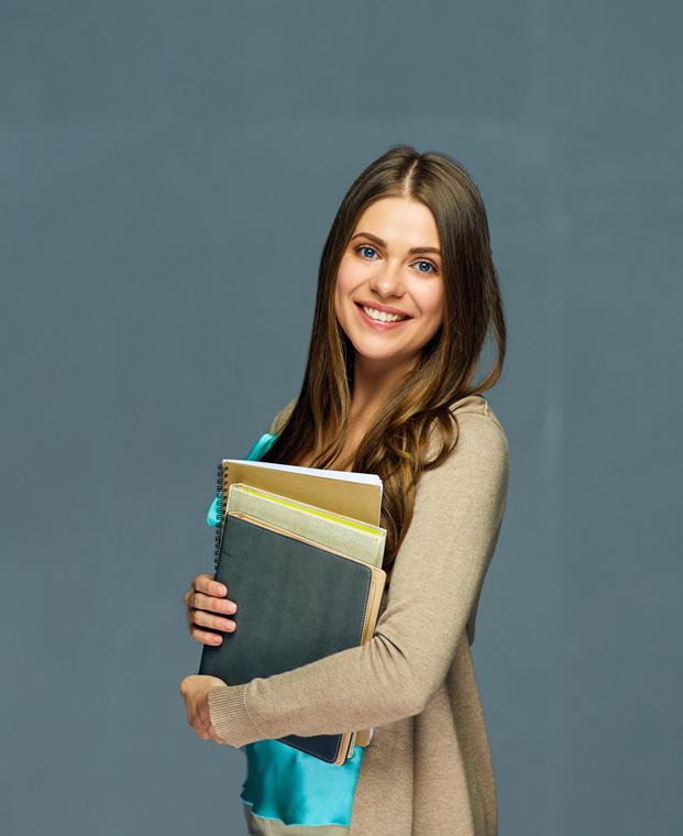 Photo d'une étudiante devant un tableau