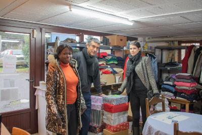 Photo des responsables du Carrefour multiculturel de Libramont avec une représentante de la HERS