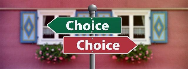 Image de panneaux qui indiquent des choix contraires