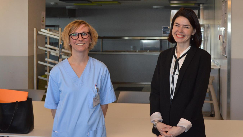 Photo de la Ministre Valérie Glatigny en compagnie d'une étudiante infirmière de la HERS