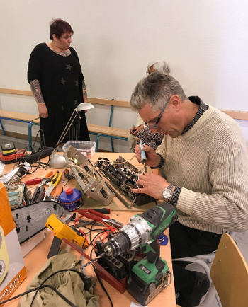 Photo de notre bénévole en électricité et électronique