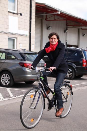 Photo de Laurence Denis, Directrice-Présidente de la HERS sur un vélo