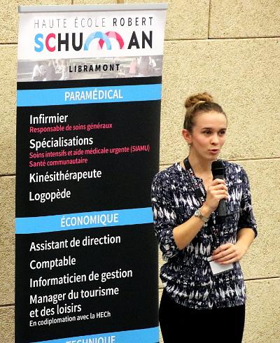 Photo de l'intervention d'une étudiante lors du colloque 2018