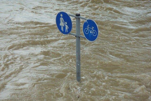Photo d'un poteau indicateur sous les eaux - inondations