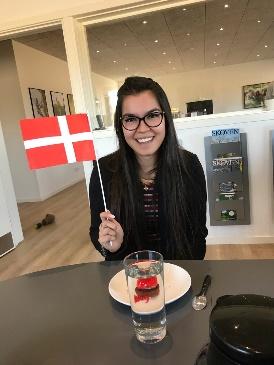 Photo d'Élisabeth Raymackers, étudiante en Bachelier Assistante de direction à la HERS avec un drapeau du Danemark