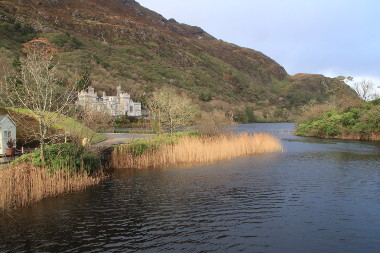 Photo du château de Kylemore Abbey face à son lac