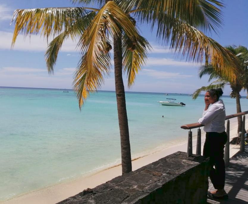 Photo de Mélanie sur la promenade qui regarde l'océan