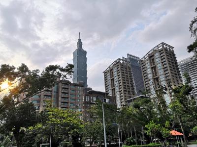 Photo de Taipei où les gratte-ciel s'élèvent au milieu des arbres