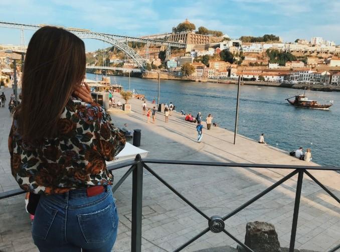 Photo de Vanessa sur les rives du Douro, dans la ville de Porto - HERS