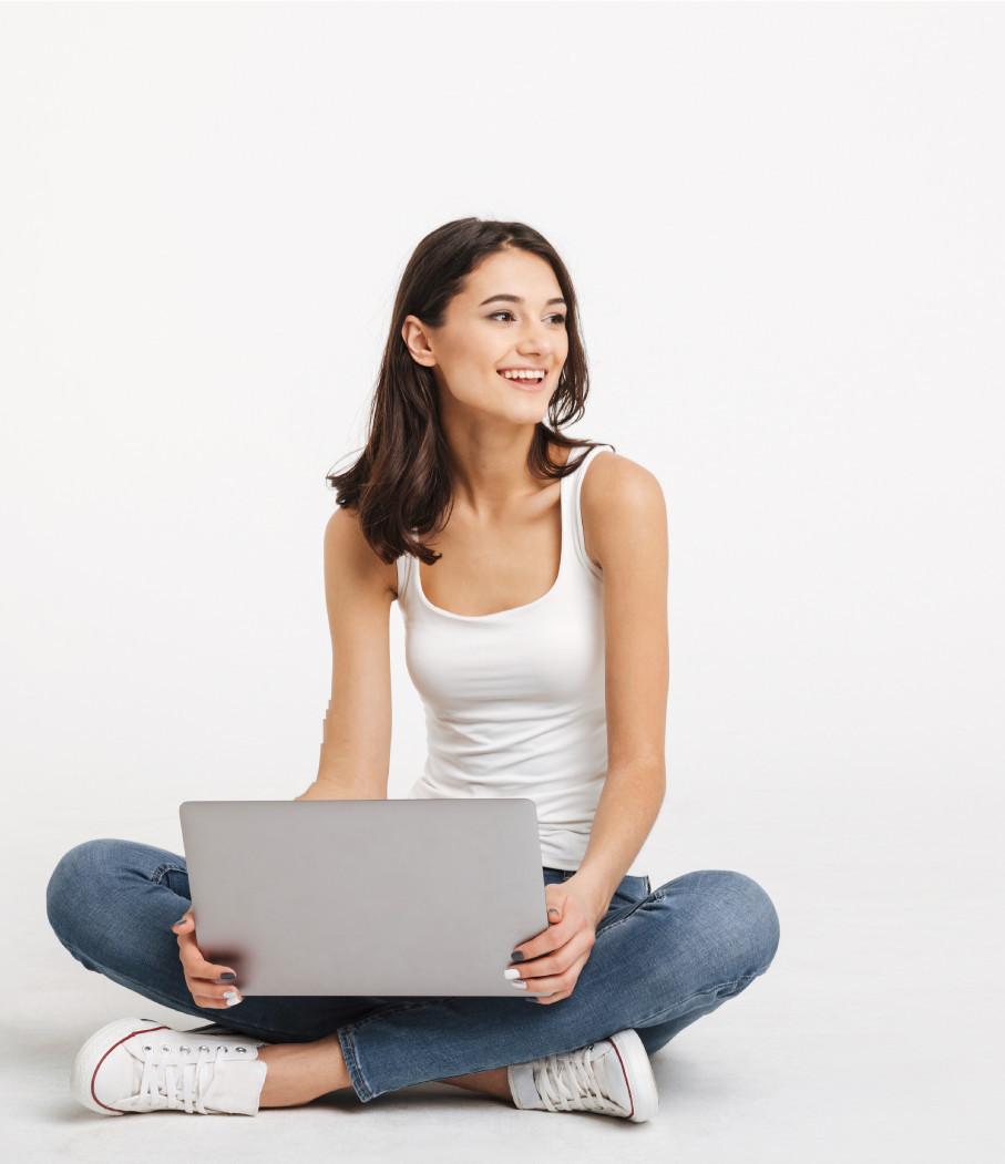 Photo d'une fille avec son ordinateur portable sur les genoux
