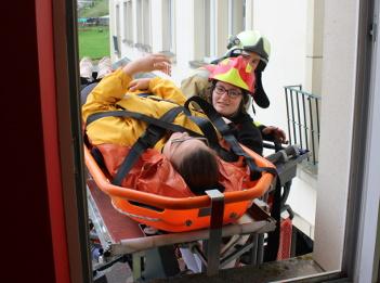 Photo d'étudiants SIAMU de la HERS en formation chez les pompiers