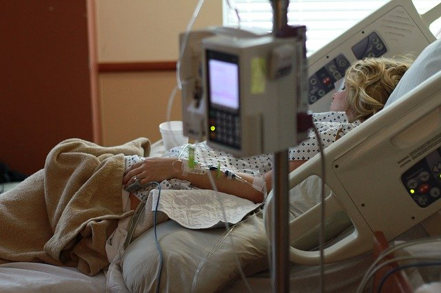 Photo d'un patient dans son lit d'hôpital