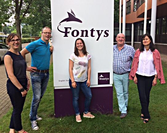 Élodie Neveu entourée de ses enseignants à la Hoge School d'Eindhoven
