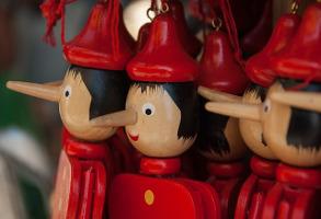 Photo de marionnettes pinocchio en vitrine