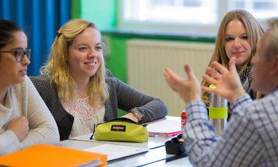 Photo d'étudiants au cours avec leur enseignant