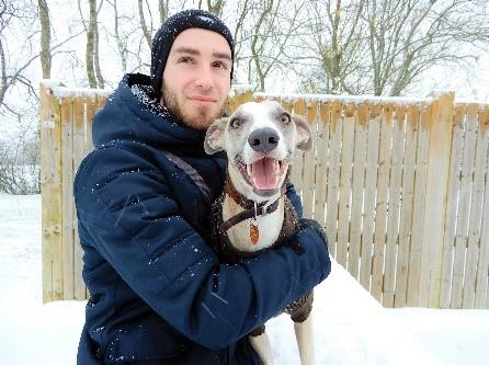 Photo de Glenn Gérardin et de son chien dans la neige, en plein hiver