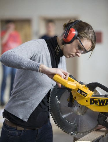 Photo d'une étudiante en bachelier construction bois