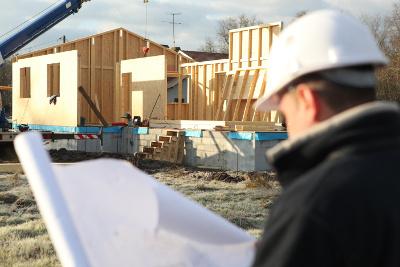 Photo d'un conducteur de travaux en construction bois