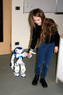 Une élève de primaire avec le robot Nao