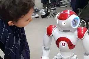 Enfant autiste en interaction avec le robot Nao - Copyright Daily Science 2018