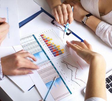 Photo de personnes qui commentent un graphique de comptabilité