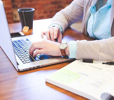 Photo d'une étudiante sur son ordinateur