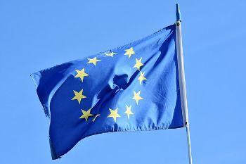 Photo d'un drapeau européen flottant au soleil