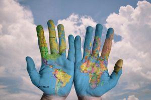 Photo d'une carte du monde imprimée sur les mains